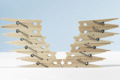 Зажимки для белья размещанные в форме v Стоковое Изображение RF