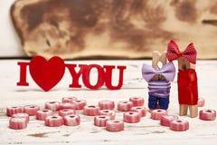 Зажимки для белья с смычками и конфетами Стоковое Фото