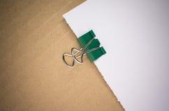 зажимы и чистый лист бумаги металла бумажные Стоковая Фотография