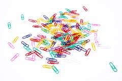 Зажимы цвета бумажные на белизне Стоковое Изображение