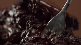 Зажим макроса текстуры пустыни шоколада и маленькая вилка принимают прочь часть ее видеоматериал