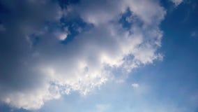 Зажим промежутка времени белых пушистых облаков над голубым небом иллюстрация штока