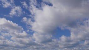 зажим промежутка времени 4K белых пушистых облаков над голубым небом, идущих облаков акции видеоматериалы