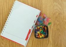 Зажим чистого листа бумаги и бумажных на деревянном Стоковое Фото