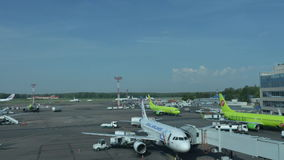 зажим timelapse крупного аэропорта на занятый день сток-видео