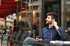 Зажиточное ликование администраторов по сбыту и беседовать с smartphone стоковое изображение rf