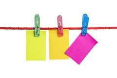 Зажмите пост-его бумажное на красной веревочке Стоковое Фото