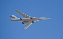 Зазвуковой стратегический бомбардировщик TU-160 Pavel Taran на параде  Стоковая Фотография