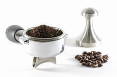 заземленный кофе крышки делать воду тонких струек стоковые фото