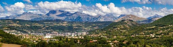 Зазор, Hautes Alpes в лете панорамно франчуз Франции alps стоковое изображение rf