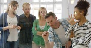 Заинтересованные коллеги принимать процесс работы видеоматериал