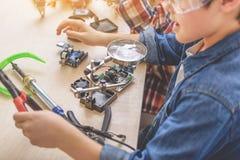 Заинтересованный мальчик играя в мастерской Стоковая Фотография