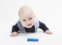 Заинтересованный младенец с блоком игрушки Стоковая Фотография