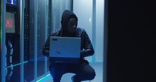 Заискиванный хакер в центре данных стоковые изображения rf