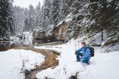 Заискивая hiker рекой vol2 зимы стоковое изображение rf
