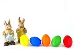 2 зайца с покрашенными пасхальными яйцами Стоковое Изображение