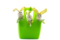 3 зайчика пасхи игрушки в корзине Стоковые Изображения RF