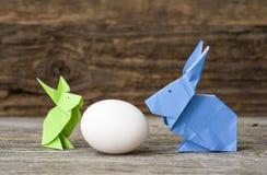 Зайчики Origami пасхи с яичком Стоковое Фото