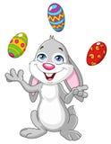 Зайчик жонглируя пасхальными яйцами Стоковое Изображение