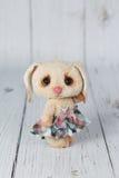 Зайчик игрушечного художника в платье одном вида Стоковые Фотографии RF