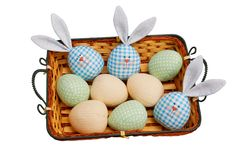 3 зайчик и пасхального яйца в корзине Стоковая Фотография