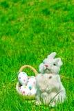 Зайчик и яичка пасхи на зеленой траве Стоковые Изображения