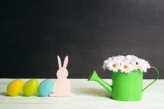 Зайчик и яичка пасхи с букетом маргариток Стоковые Изображения RF