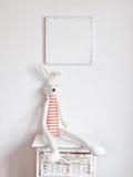 Зайчик на прикроватном столике Стоковые Фотографии RF