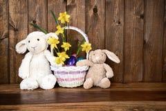 Зайчик, овечка и цыпленок с корзиной пасхи - деревенской Стоковая Фотография RF