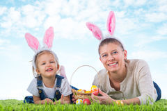 зайчик пасха Маленькая девочка при мать одетая как bunn пасхи Стоковое фото RF