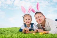 зайчик пасха Маленькая девочка при мать одетая как bunn пасхи Стоковая Фотография