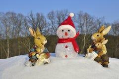Зайчик пасхи встречает снеговик Стоковые Фотографии RF