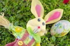 Зайчик пасхи и покрашенное яичко на траве Стоковые Фотографии RF