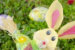 Зайчик пасхи и покрашенное яичко на траве Стоковая Фотография RF