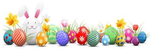 Зайчик пасхи при покрашенные изолированные пасхальные яйца и цветки бесплатная иллюстрация