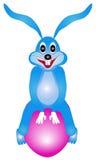 Зайчик пасхи сидя на яичке Стоковое фото RF
