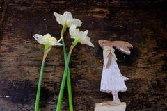 Зайчик пасхи сделанный от соломы и завода narcissus в цветочном горшке на деревянном Стоковые Фотографии RF