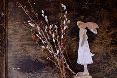 Зайчик пасхи сделанный от соломы и завода narcissus в цветочном горшке на деревянном Стоковые Фото