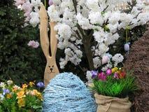 Зайчик пасхи с яичками и цветками Стоковые Изображения