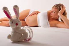 зайчик представляя беременную женщину стоковая фотография rf