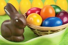 Зайчик шоколада и пасхальные яйца Стоковые Изображения RF
