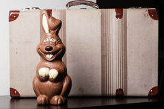 Зайчик шоколада пасхи, с чемоданом стоковое фото rf