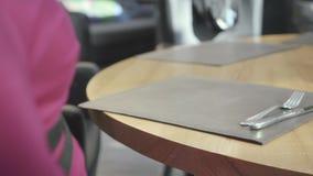 Заказ женщины ждать в кафе или ресторане и официанте принес капучино в красивом стекле r сток-видео