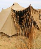 Закамуфлируйте воинский шатер в лагере тренировки рекрута армии Стоковое фото RF