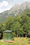 закамуфлируйте охотничий домик используемый охотниками в горах в стоковое фото