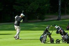 заканчивает игрока в гольф его качание стоковое изображение rf