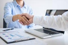 Заканчивающ вверх встречу, рукопожатие дела после обсуждать хорошее дело торговать для подписания согласования и, который нужно с стоковые изображения