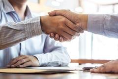Заканчивающ вверх встречу, рукопожатие 2 счастливых бизнесменов a стоковое фото rf