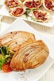 Закалённые стейки тунца и изысканные устрицы на таблице Стоковые Изображения RF