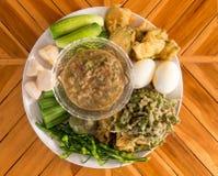 Заквашенное погружение рыб пряное с вареными яйцами и овощами Стоковое фото RF